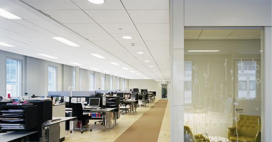 Звукоизоляционные акустические плиты Ecophon установлены в потолке