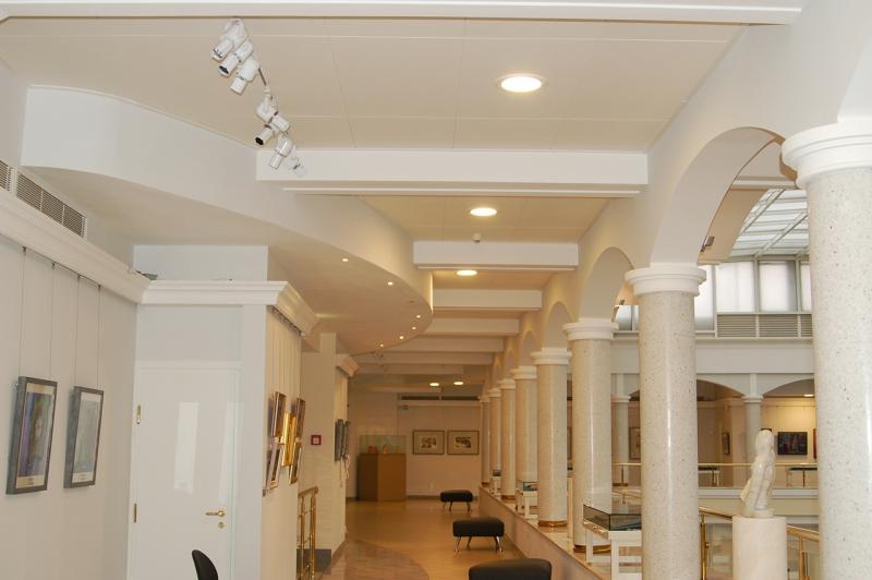 Пример зала оборудованного белыми потолочными панелями